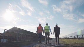 Três profissionais na central elétrica de energias solares Fotos de Stock