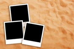 Três quadros vazios da foto na areia da praia Imagens de Stock Royalty Free