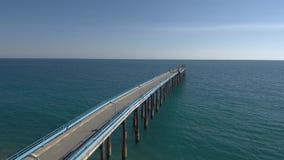 Três quartos de tiro aéreo de um cais no mar Mediterrâneo vídeos de arquivo
