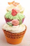 Três queques com decorações do maçapão. Imagens de Stock