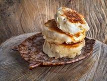 Três queques recentemente cozidos em um close-up claro de madeira do fundo imagens de stock royalty free
