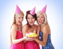Três raparigas estão tendo uma festa de anos imagens de stock royalty free