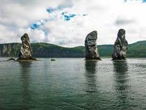Três rochas do irmão, baía de Avacha, península de Kamchatka Rússia imagens de stock royalty free