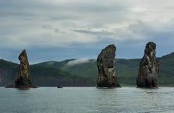 Três rochas dos irmãos na baía de Avacha do Oceano Pacífico Costa de Kamchatka imagem de stock royalty free