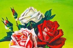 três rosas são tiradas em uma lona verde Foto de Stock