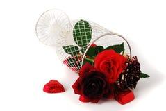Três rosas vermelhas diferentes do matiz no vaso do engranzamento e no ch Fotografia de Stock
