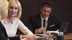 Três sócios encontraram-se no escritório para uma reunião de negócios foto de stock