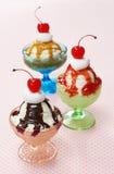 Três sabores de sundaes do gelado em pratos do vidro do vintage Fotografia de Stock Royalty Free