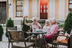 Três senhoras bonitas que sentam-se no café imagem de stock royalty free