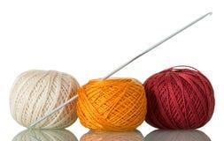 Três skeins do fio e da agulha de crochê de algodão, isolados no branco foto de stock