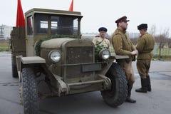 Três soldados soviéticos que estão o camião próximo do exército Fotos de Stock