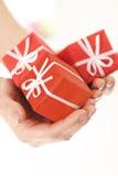 Três surpresas pequenas do vermelho na mão da mulher Fotos de Stock