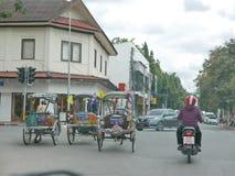 Três táxis do triciclo na estrada com tráfego em Chiang Mai, Tailândia imagens de stock