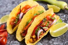 Três tacos mexicanos coloridos nos shell no fundo de pedra imagem de stock