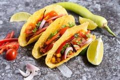 Três tacos mexicanos coloridos nos shell no fundo de pedra imagem de stock royalty free