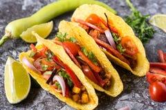 Três tacos mexicanos coloridos nos shell no fundo de pedra fotos de stock