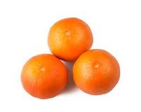 Três tangerines em um fundo branco Imagens de Stock