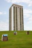 Três telharam cadeiras de praia de vime e um bloco de torre Fotos de Stock Royalty Free
