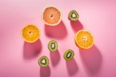 Três tipos de fruto altos na vitamina C em um fundo cor-de-rosa brilhante fotografia de stock