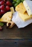 Três tipos de queijo e de uvas Fotos de Stock