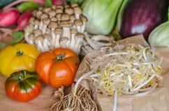 Três tomates com molho e outros alimentos Foto de Stock