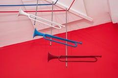 Três trombetas velhas brilhantes da cor vermelha, branca e azul fotografia de stock royalty free