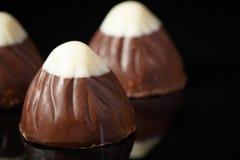 Três trufflles do chocolate com chocolate branco na parte superior imagens de stock royalty free