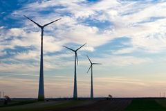 Três turbinas de vento da exploração agrícola de vento em uma fileira Fotos de Stock Royalty Free