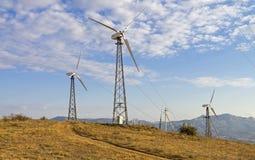 Três turbinas eólicas em uma exploração agrícola de vento crimeia Fotos de Stock Royalty Free