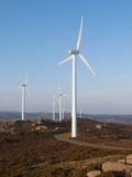 Três turbinas eólicas em uma paisagem Imagens de Stock