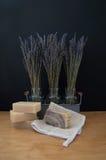 Três vasos da alfazema e quatro barras de sabão Imagens de Stock