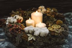 Três velas brancas em uma grinalda do Natal Foto de Stock
