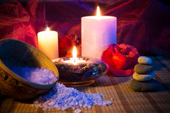 Três velas de pedras e sal das camélias Fotografia de Stock Royalty Free