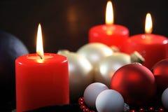 Três velas vermelhas christmassy Fotos de Stock Royalty Free