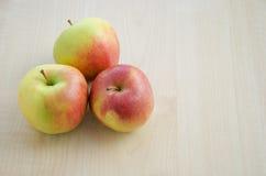 Três vermelhos e maçãs verdes Imagem de Stock