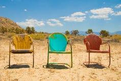 Três vibrantes, assento de Charis do vintage vazio no Fotos de Stock Royalty Free