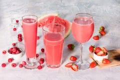 Três vidros com bebidas da melancia e das bagas Fotos de Stock Royalty Free