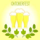 Três vidros da cerveja e dos lúpulos ramificam, Oktoberfest Imagens de Stock