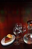 Três vidros da vodca e de um frasco Imagens de Stock Royalty Free