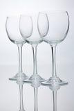 Três vidros de vinho vazios com reflexões imagens de stock