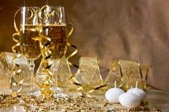 Três vidros do champanhe e da decoração dourada w Foto de Stock Royalty Free