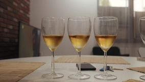 Três vidros do champanhe na tabela no close up da cozinha video estoque