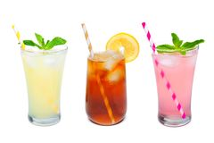Três vidros do verão bebem com palhas sobre o branco Imagem de Stock