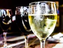 Três vidros do vinho vermelho e branco fotografia de stock royalty free
