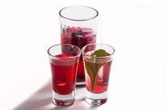 Três vidros enchidos com o chá vermelho do hibiscus Fotografia de Stock Royalty Free