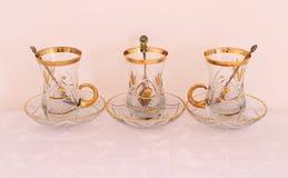 Três xícaras de chá de vidro douradas fotografia de stock