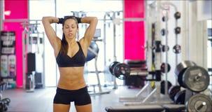 Tríceps poderoso do exercício da mulher do ajuste que levanta peso no gym vídeos de arquivo
