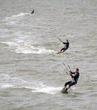 Trío de las personas que practica surf de la cometa Foto de archivo libre de regalías