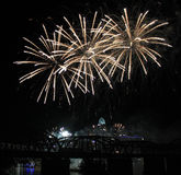 Trío de los fuegos artificiales sobre el horizonte de Cincinnati Fotografía de archivo