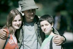 Trío joven en viaje que acampa Imagen de archivo